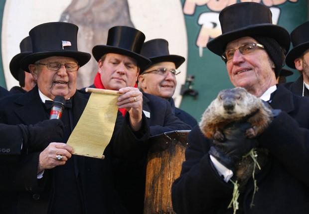 A marmota Phil de Punxsutawney não viu sua sombra, sinalizando um fim precoce para o inverno (Foto: Jason Cohn/Reuters)