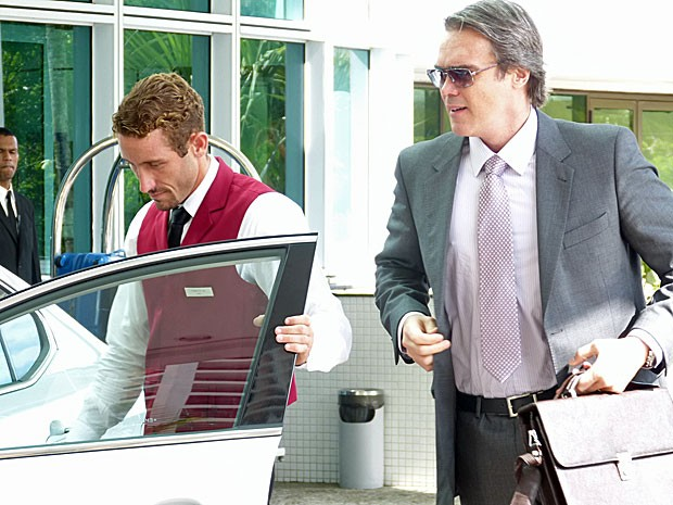 Dalton Vigh entra em um carro com a maior pressa na cena (Foto: Salve Jorge/TV Globo)