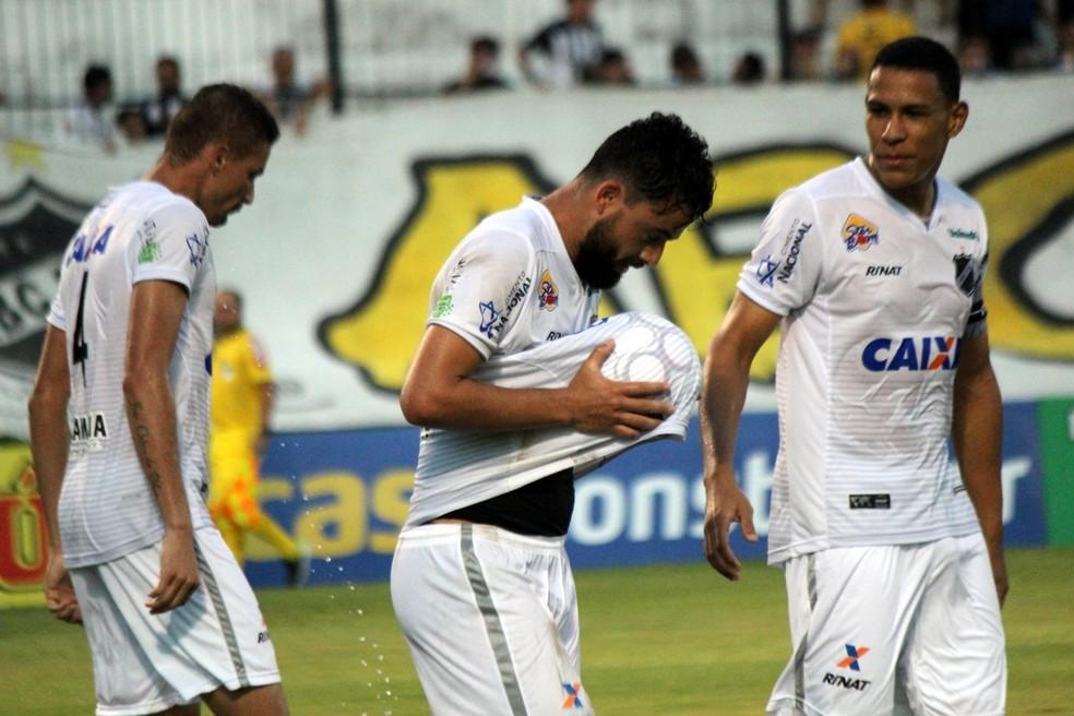Nando dedicou o primeiro gol pelo ABC na Série B ao futuro filho (Foto: Diego Simonetti/Blog do Major)