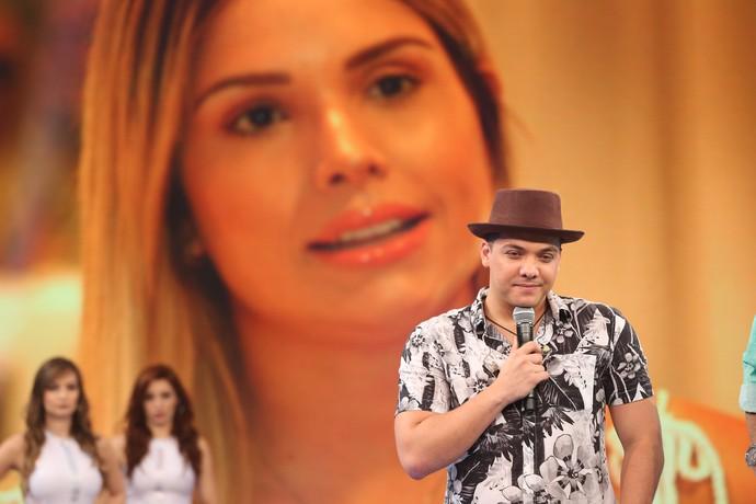 Cantor ouve declaração da esposa no palco do 'Domingão' (Foto: Carol Caminha/Gshow)