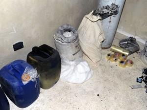 Imagem divulgada pela agência Sana mostra produtos químicos que seriam usados pelos rebeldes (Foto: SANA/AFP)