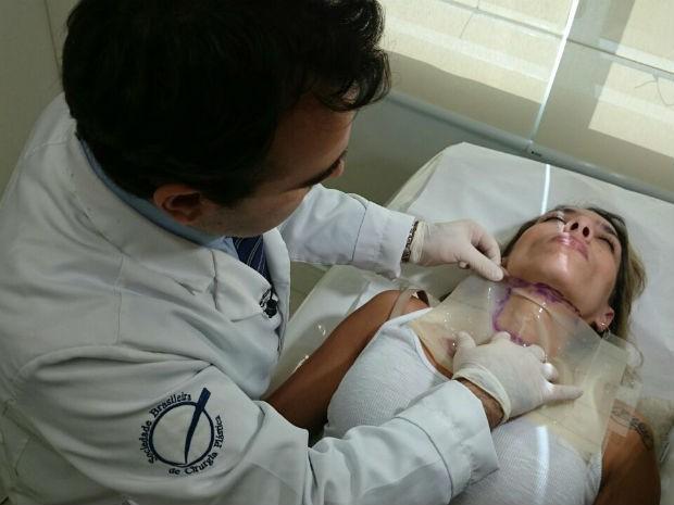 Médico simula cirurgia realizada pela primeira vez em Sorocaba (Foto: Jomar Bellini / G1)