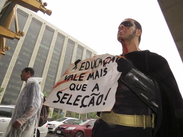 Eron levou cartaz de apoio aos professores e contra a Copa (Foto: Vladimir Platonow/ Agência Brasil)