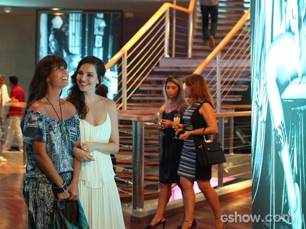 Marina faz questão de mostrar suas fotos para Clara (Foto: Carol Caminha / TV Globo)