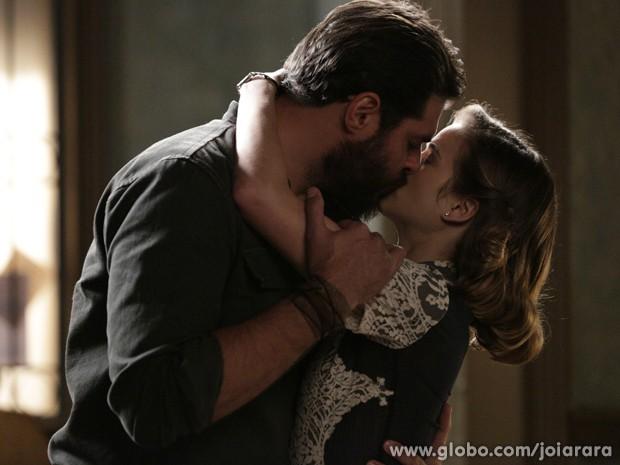 O amor fala mais altos e os dois pombinhos se beijam (Foto: Fábio Rocha/ TV Globo)
