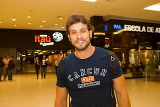 Ex-BBB Eliéser vai ao teatro em São Paulo (Foto: Marcelo Brammer/ Ag. News)