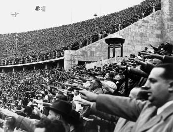 """Foto (Foto: Aclamação ao Fuehrer nas Olimpíadas de Berlim, em 1936. Reprodução do livro """"Hitler"""" (Companhia das Letras), de Ian Kershaw)"""