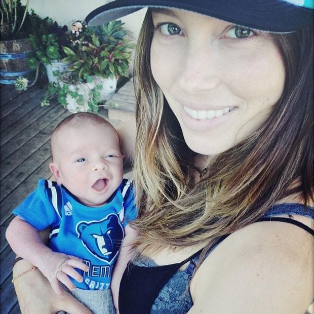 Jessica Biel posa com o filho, Silas (Foto: Instagram/ Reprodução)