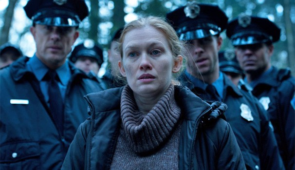 Linden (Mireille Enos) luta contra o tenente Carlson (Mark Moses) para conseguir que a polícia procure por Holder (Joel Kinnaman) (Foto: Divulgação/Reprodução)