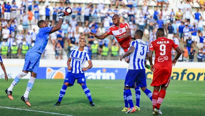 Goleiro do CSA, Mota dá um soco na bola - CSA x CRB (Foto: Ailton Cruz/Gazeta de Alagoas)