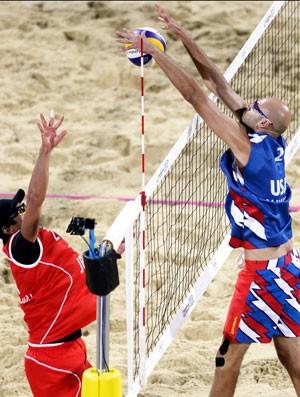 jogadores de vôlei Phil Dalhausser e Katsuhiro, EUA e Japão (Foto: Agência AP)
