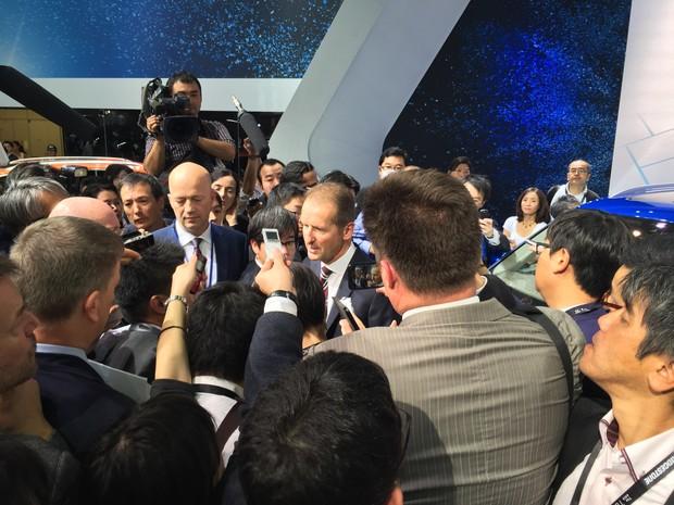 Multidão de jornalistas cerca Herman Heiss, diretor-geral de carros da Volkswagen, que fez apresentação no Salão de Tóquio (Foto: Luciana de Oliveira/G1)