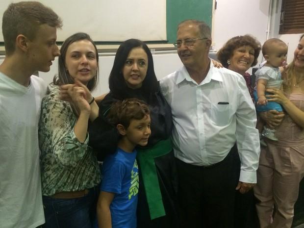 Familiares de Renata a prestigiaram durante defesa da tese de mestrado, em Goiás (Foto: Fernanda Borges/G1)