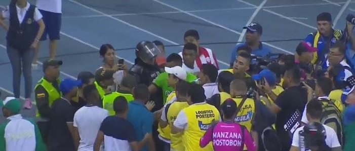 Miguel Borja é atacado por torcedora durante comemoração de título (Foto: reprodução )