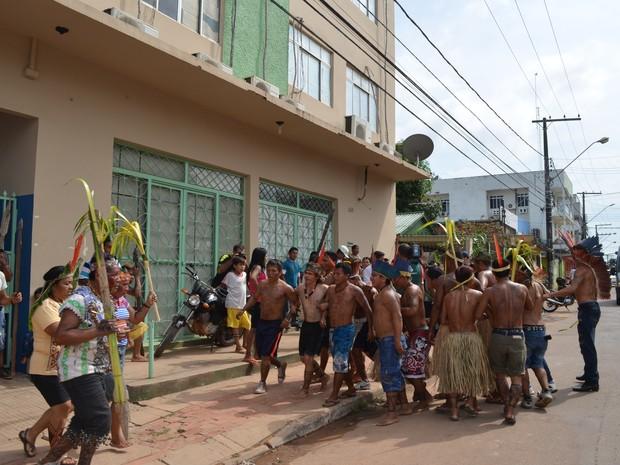 Indígena em frente ao DSE, em Rio Branco  (Foto: Amanda Borges/G1)