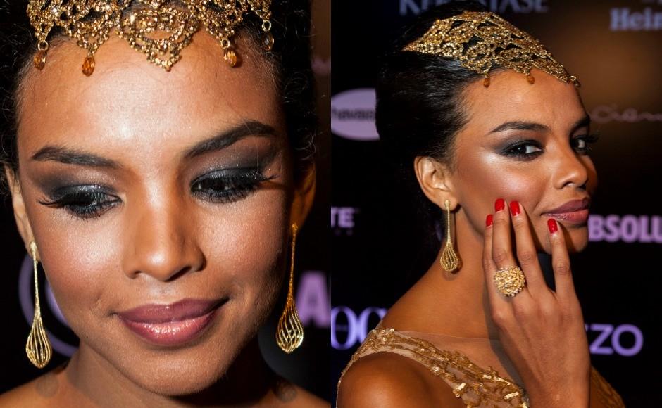 Lucy Ramos optou por uma maquiagem que realça ainda mais sua beleza. Os olhos bem esfumados com sombra preta, iluminador e gloss nude. (Foto: Fred Chalub / Editora Globo)