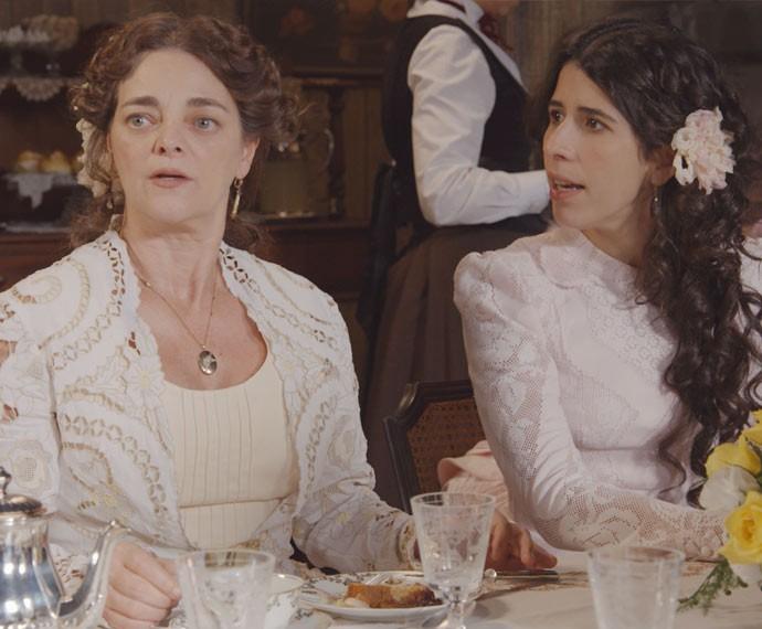 Salomé e Bianca não sabem onde enfiar a cara! (Foto: TV Globo)
