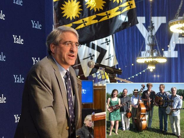 Peter Salovey é o 23º presidente de Yale e toca na banda Professors of Bluegrass (de chapéu, no detalhe) (Foto: Divulgação/Yale University)
