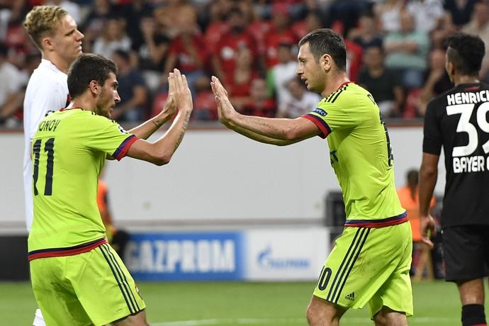 Alan Dzagoev, à direita, comemora primeiro gol do CSKA com Aleksei Ionov (Foto: AP)
