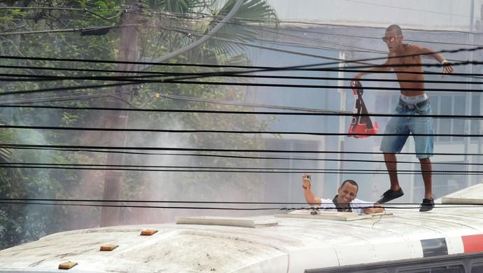 Torcedor em cima do ônibus do Joinville (Foto: Renan Koerich)