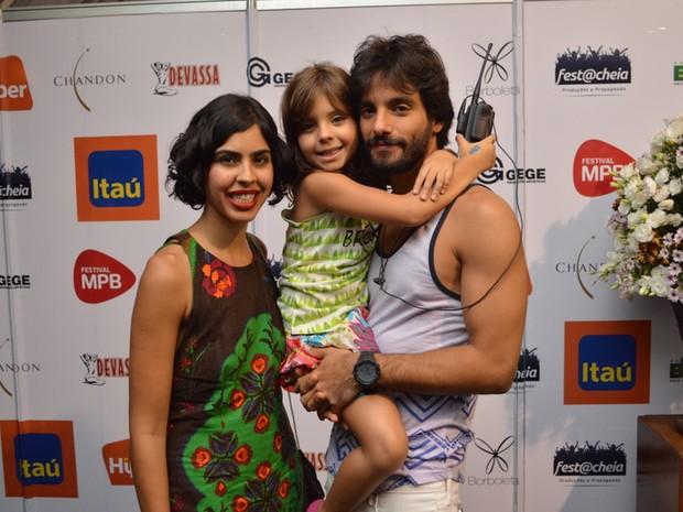 Bela Gil com a filha e o marido em show no Recife (Foto: Felipe Souto Maior/ Ag. News)