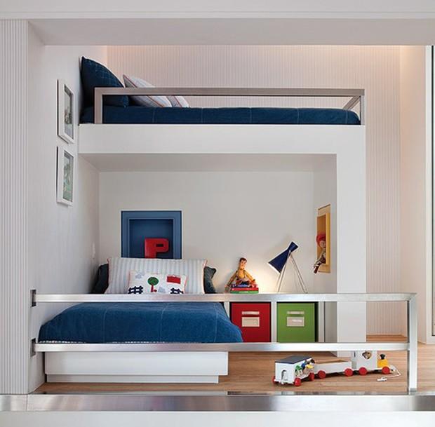 Com a chegada da irmã, os dois meninos da casa passaram a dividir este espaço, reformulado pela arquiteta Fernanda Moreira Lima. A solução foi criar mais um nível, onde fica a segunda cama. O guarda-corpo de metal garante a segurança (Foto: Célia Weiss)