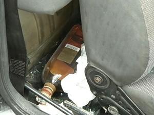 Garrafa de bebida alcoólica foi encontrada dentro do carro dirigod por Leonardo Barata. (Foto: Reprodução/TV Liberal)