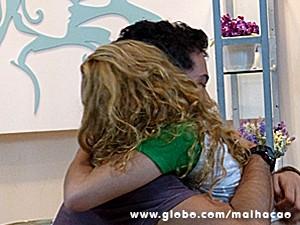 Meg e Ben se abraçam no fim da conversa (Foto: Malhação / TV Globo)
