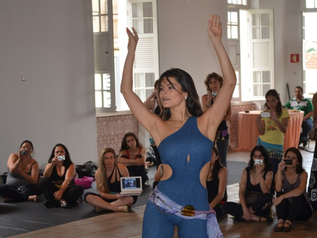 A dançarina Mahaila El Helwa durante workshop de dança do ventre em  Varginha, MG. 29fe8171af