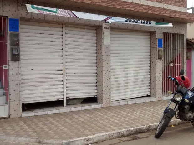 Crime aconteceu dentro de loja, no centro de Lagoa de Itaenga (Foto: Camila Torres/ TV Globo)