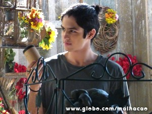 Antônio pega a pólvora dentro do ursinho (Foto: Malhação / TV Globo)
