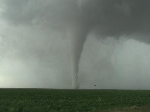 Alguns tornados derrubaram linhas de eletricidade e danificaram casas e celeiros (Foto: BBC)