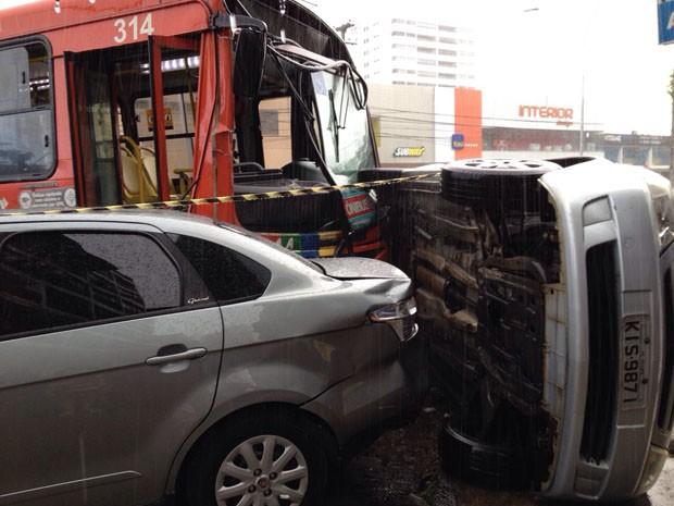 Acidente envolveu dois ônibus e três carros (Foto: Kety Marinho/TV Globo)