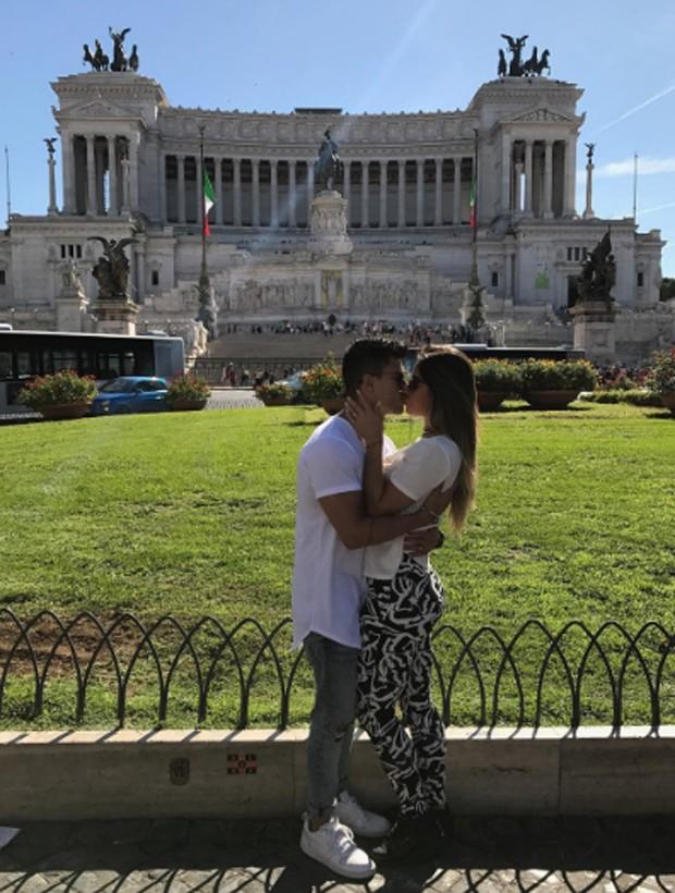 Arthur Aguiar e Mayra Cardi em pose romântica em cidade italiana (Foto: Reprodução/Instagram)