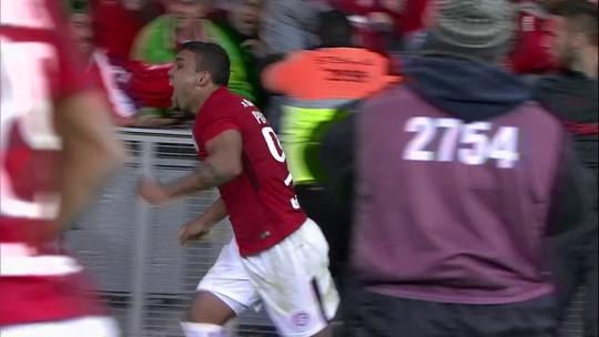 Suspenso, auxiliar de lambança em gol do Inter coleciona polêmicas; relembre casos