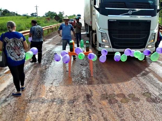 Objetivo do proteste bem humorado foi chamar a atenção das autoridades para transtornos causados por buraco (Foto: Nesio Carvalho/Arquivo Pessoal)
