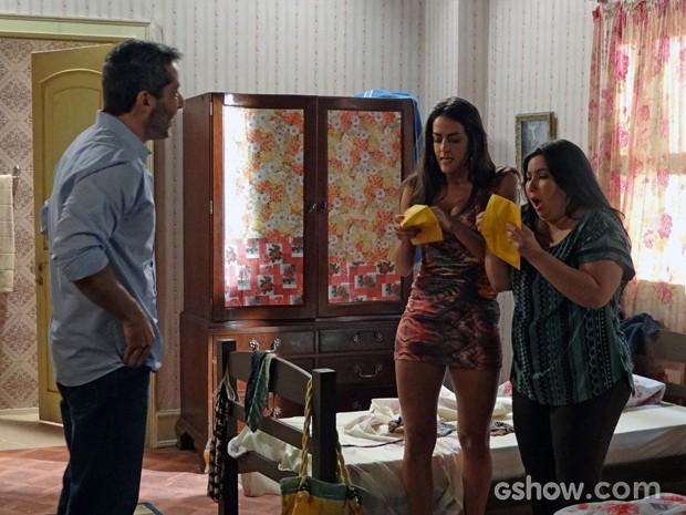 Cacá entrega adiantamento para Rita e Selma (Foto: Além do Horizonte/TV Globo)