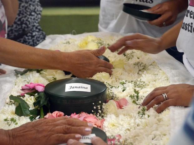 Parentes se despedem em velório com cinzas de família morta na Espanha (Foto: Dani Fechine/G1)