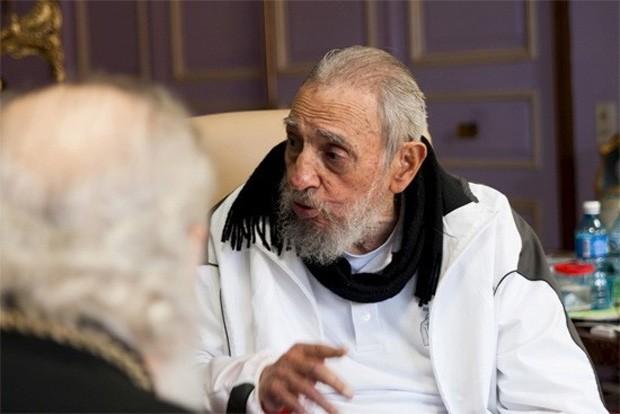 Fidel Castro em visita a escola em Cuba (Foto: Juventud Rebelde/Reuters)