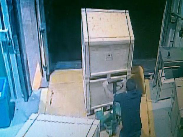 Caixas sendo retiradas da fábrica da Samsung (Foto: Reprodução/ EPTV)