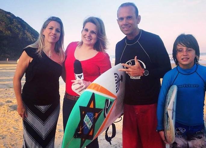Kleiton Lima, surfista, e sua família, ao lado de Vanessa Faro (Foto: Arquivo Pessoal/Vanessa Faro)