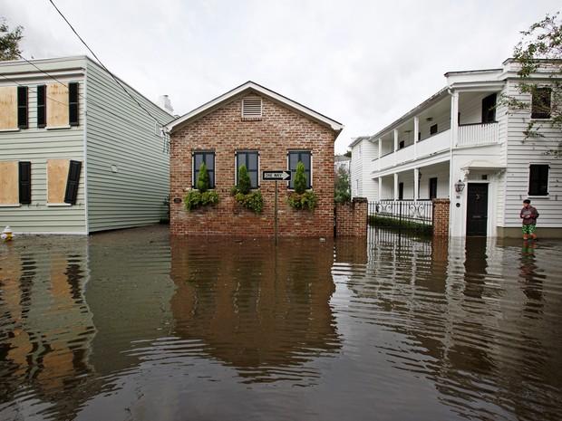 Ruas ficam alagadas em Charleston, Carolina do Sul, com passagem do furacão Matthew pelos EUA (Foto: Jonathan Drake/Reuters)