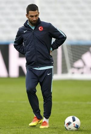 Turan e a bola no treino da Turquia (Foto: REUTERS/Carl Recine)