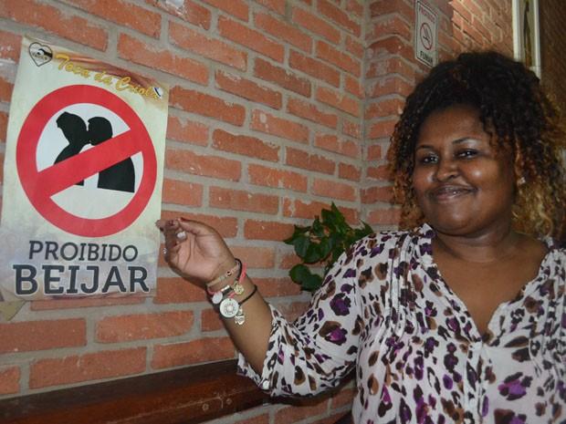 Placa alerta para a proibição do beijo em bar de São Carlos, SP (Foto: Felipe Turioni/G1)