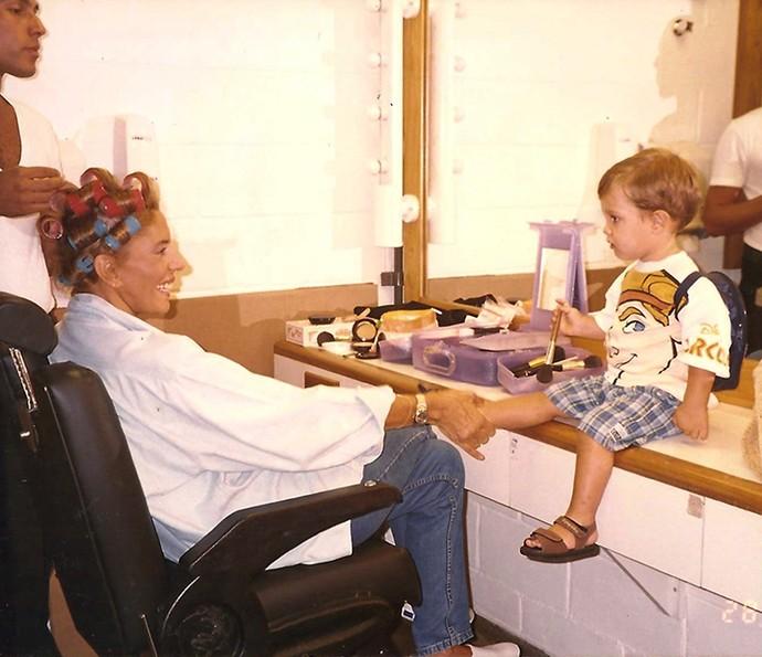 Mila Moreira, que interpretou Marilú, brinca com um dos bebês na sala de caracterização da novela (Foto: Arquivo pessoal)