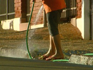 População deve economizar e evitar o desperdício de água (Foto: César Fontenelle/EPTV)