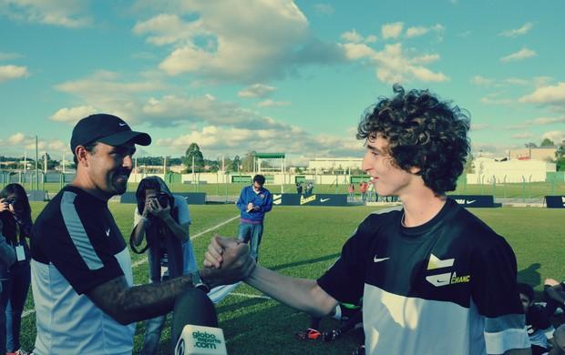 Victor Borba recebendo os cumprimentos do olheiro Roberto Salas (Foto: Daniel Cardoso)