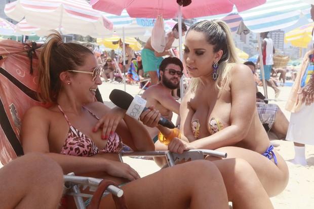 Renata Frisson, a Mulher Melão, foi à praia de Ipanema saber a opinião dos banhistas sobre a legalização do topless (Foto: Isac Luz/EGO)