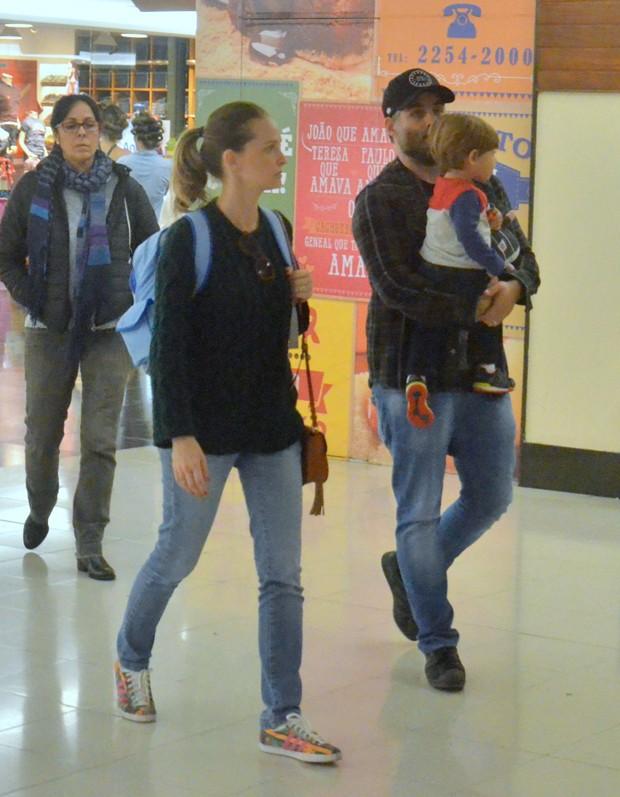 Fernanda Rodrigues com o filho e o marido (Foto: Webert Belicio/AgNews)