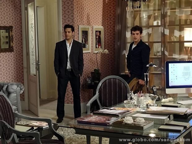 Maurício e Érico encontram a sala da empresária vazia (Foto: Sangue Bom/TV Globo)